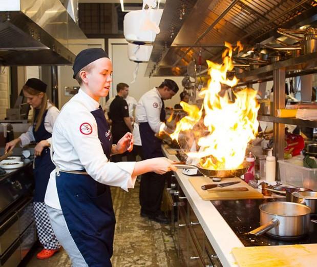 Затем, обучающийся отправляется на практику в ресторан, где в течении двух недель практикуется на кухне ресторана.