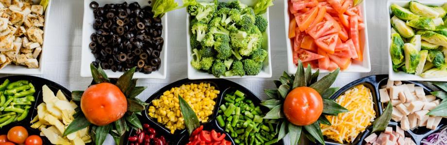Лазанья болоньезе и салат с томатами и авокадо
